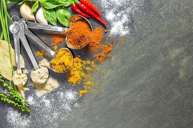 カラフルなスパイスとハーブ、多くの食品の主要成分。