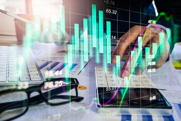 二重露光の実業家と株式市場または外国為替のグラフ。