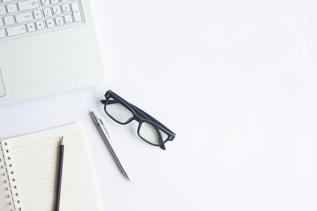 テキストを入力するためのコピースペースを持つ白いデスクオフィストップビュー。