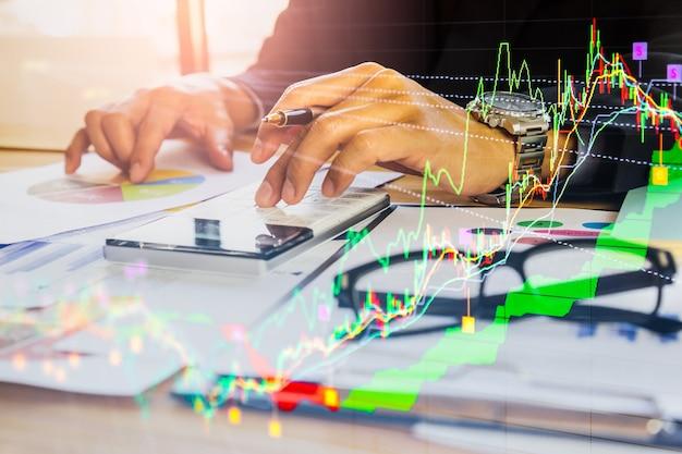 株式市場や外国為替取引のグラフと金融投資の背景のローソク足チャート。