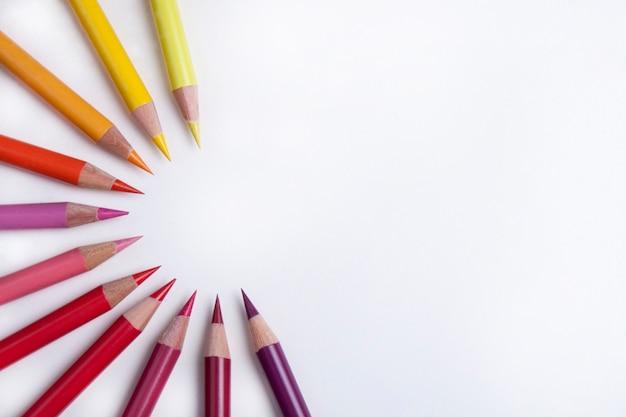 円の中のカラフルな鉛筆