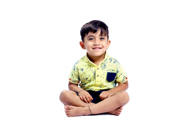 Радостный индийский маленький мальчик