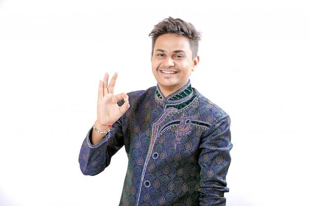伝統的な服の若いインド人