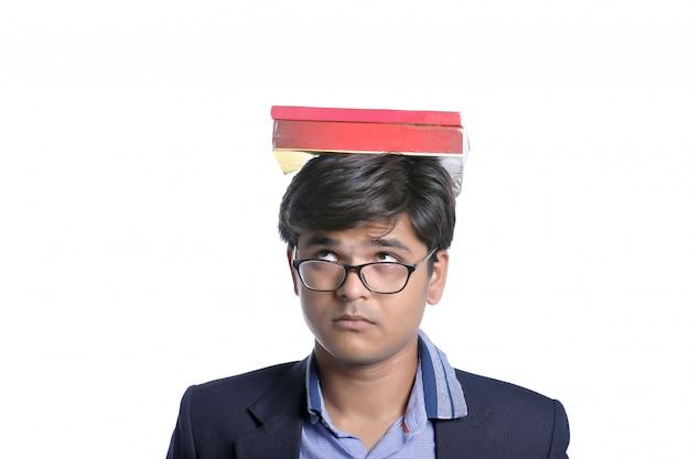 インドの学生の頭の上の本