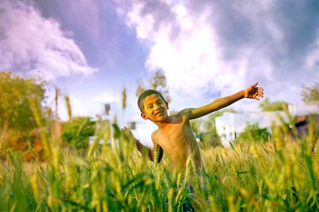 聖の祭典の色で遊んでいるインドの子供
