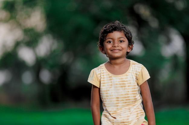 貧しいインドの女児