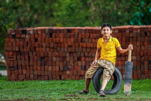クリケットをしている農村のインドの子供