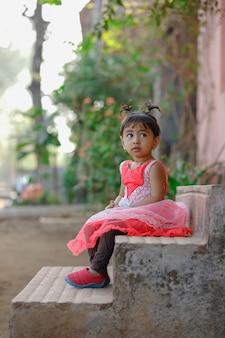 Индийская маленькая девочка ребенок играет