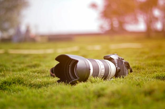 緑の地面にカメラ