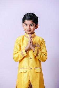Милый индийский ребенок на традиционной одежде