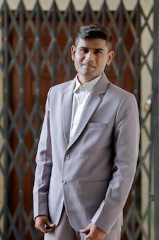 Успешный индийский бизнесмен в костюме
