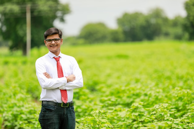 Индийский агроном на хлопковом поле