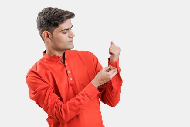 Индийский / азиатский мужчина в красной рубашке и показывая несколько выражений на белом