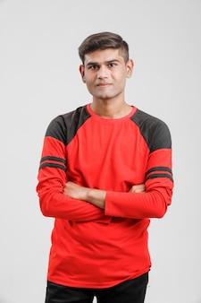 Индийский / азиатский мужчина в красной футболке и показывая несколько выражений на белом