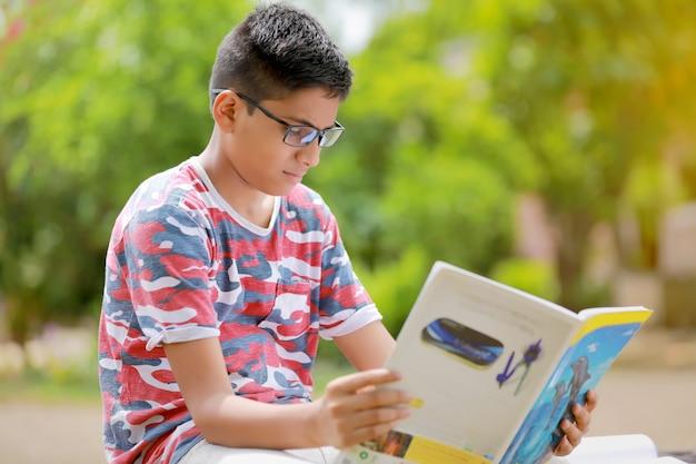 インドの子供は本を読んで
