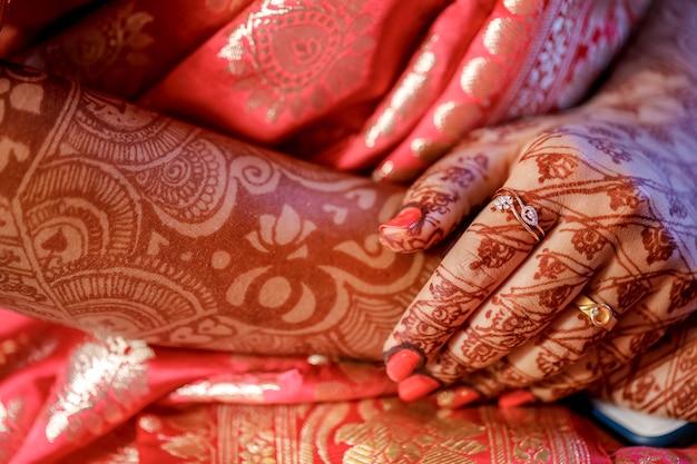 Индийская свадебная рука с дизайном менди
