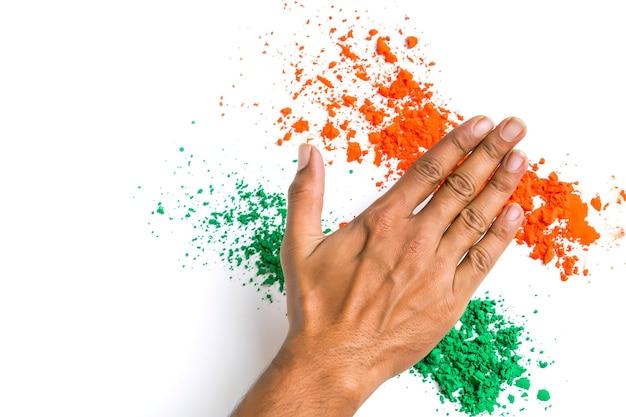 インドの独立記念日と共和国の日、白い背景の上のトリコロールの手のためのコンセプト