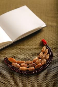 Концепция для рамадана, дата фрукты с исламской молитвой