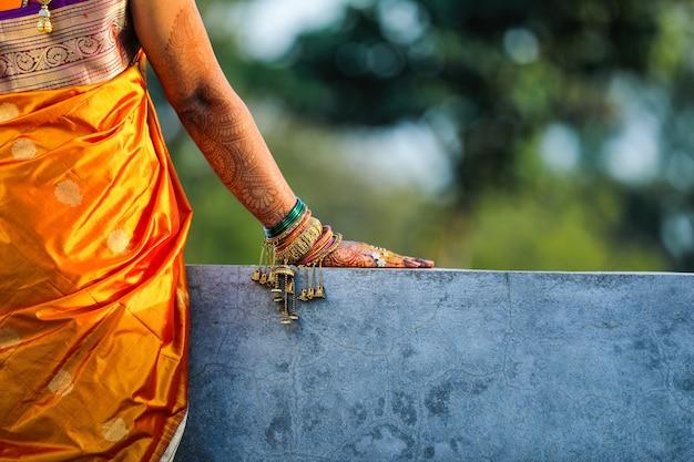 Индийская свадебная рука с дизайном механди