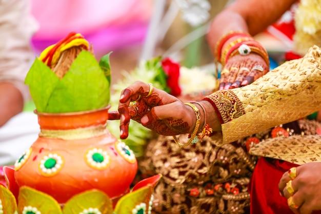 伝統的なインドの結婚式:装飾的なコッパーカラッシュのココナッツ