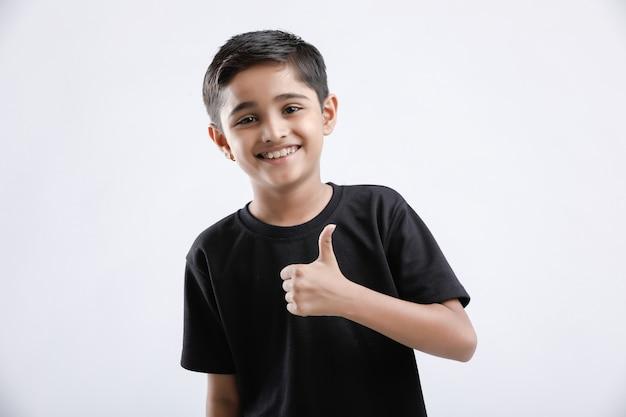 親指を現して少しインド/アジアの少年