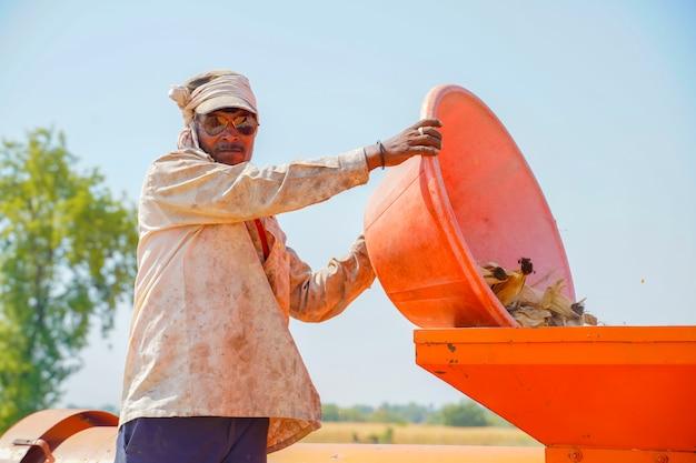 Индийский портрет работника фермы, работник работая на поле сельского хозяйства