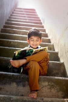 Индийский ребенок, писать в блокноте