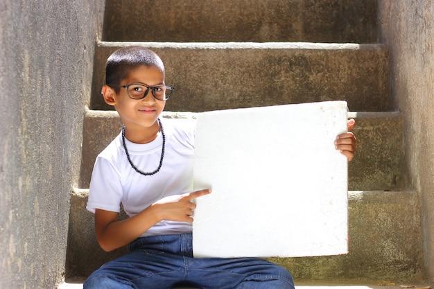 インドの子供示すボード