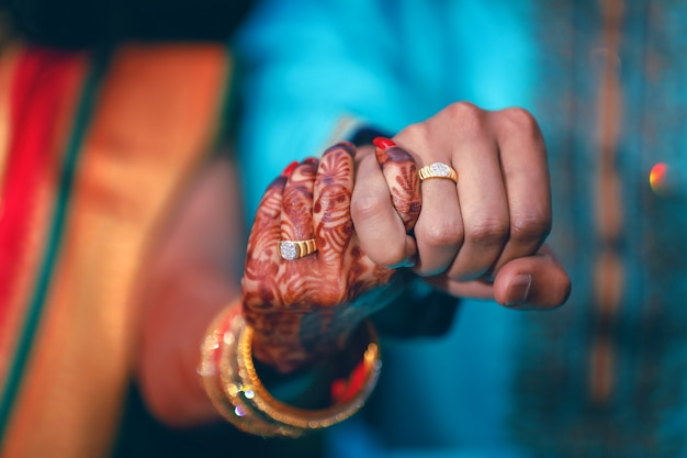 カップルの手で黄金の婚約指輪