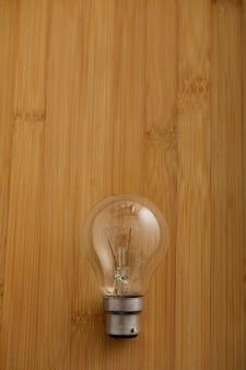 木製の背景上の電球