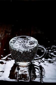 ガラスのコップで水のしぶき