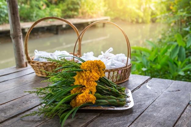 米、ドライフード、花のセットにはメリットがあります。仏教徒のライフスタイル、自然観光