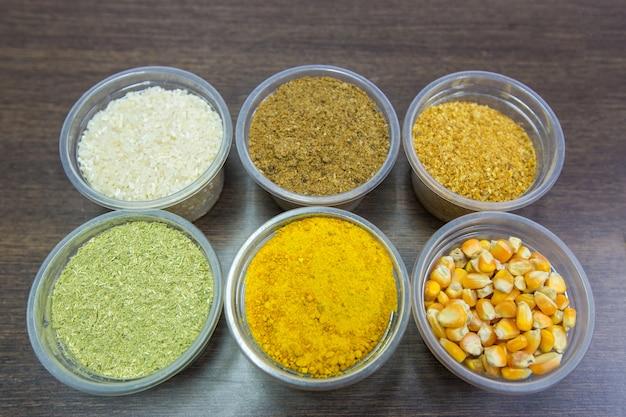 ペットフードおよび動物飼料用の原料は、植物性および動物性タンパク質源を含む。