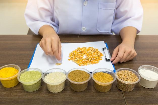 研究者は農業用原料の品質を分析しています。