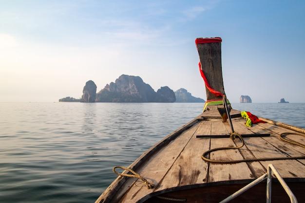 Корабль нос спереди длинный хвост лодки на острове краби, таиланд.