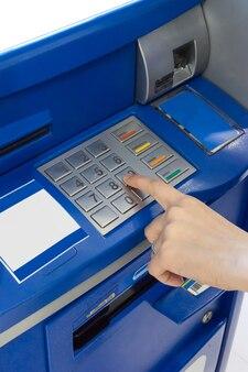 Рука женщины, использующая банкомат