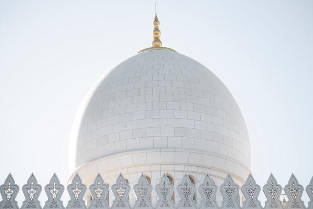アブダビの巨大な白い大理石のモスクのドーム