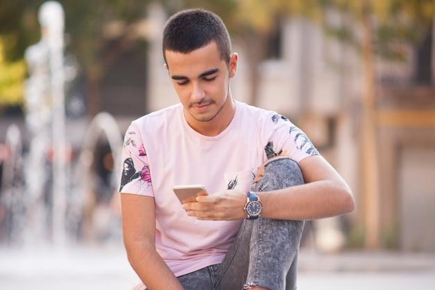 若い、カジュアル、歩く、読む、スマートフォン、メッセージ
