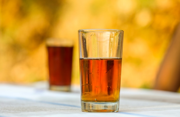 明るい背景にガラスで冷たい飲み物