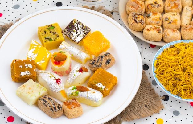インドのおいしいミックススウィートフード
