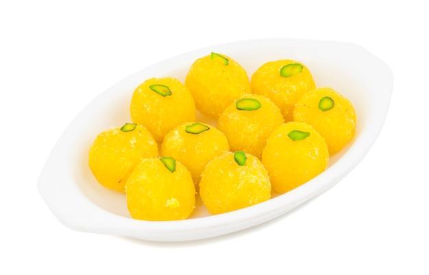 白い背景の上のインドの甘い食べ物ココナッツラドゥ