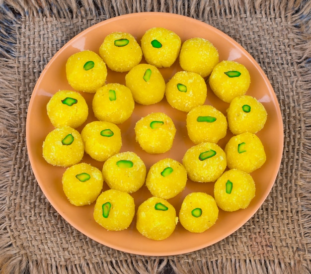木製の背景にインドの甘い食べ物ココナッツラドゥ