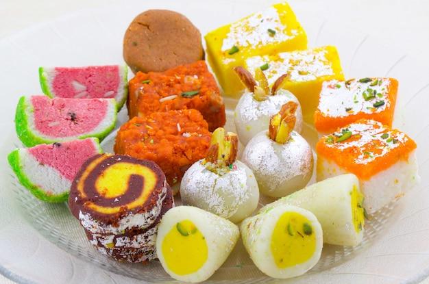 Индийская традиционная смесь сладких блюд