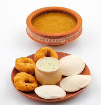 Южно-индийский популярный завтрак идли, вада, самбар или чатни