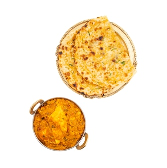 インド料理甘くてスパイシーなパニールパサンダホワイトバックグラウンドにガーリックナン添え