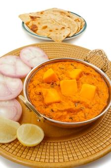 Масло с сыром и индийской популярной кухней масала, подается с тандури роти