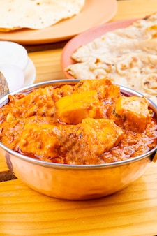 インドのおいしいスパイシーな料理パニールトゥーファニタンドリーロティ添え