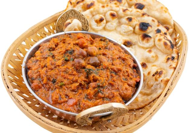 白い背景の上のインドの健康料理チャナマサラ
