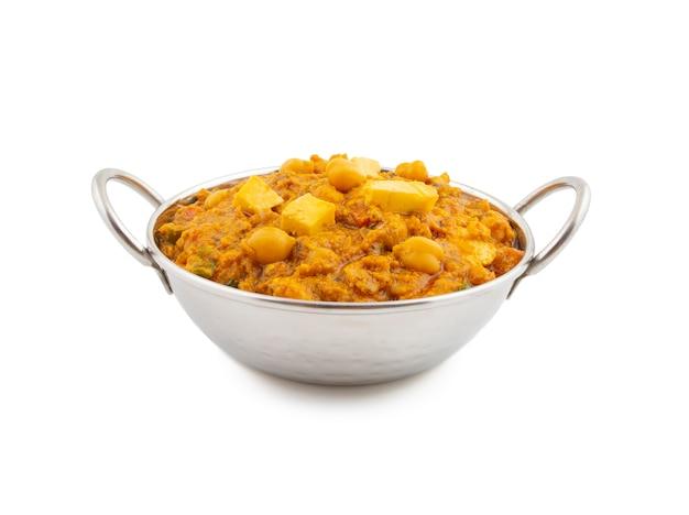 白い背景の北インドの健康的な料理の穴あき
