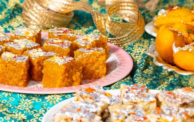 ムンダルチャッキまたはチャンドラカラとインドの人気の甘い食べ物シュガーフリードライフルーツ